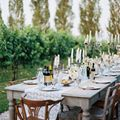 Mesa en el jardín con velas