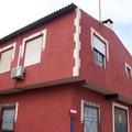monocapa color rojo y marfil