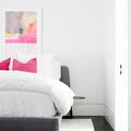 Dormitorio con toques rosas