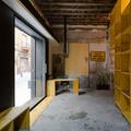 Mueble de recepción y puerta de acceso desde la sala de espera
