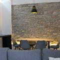 Muro recuperado y mesa de chapa