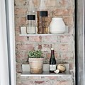 pared de ladrillo con estanterías