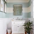 baño con pared de rayas