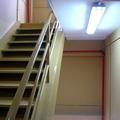 Pintura esmalte en escalera de nave industrial