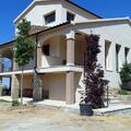 Pintura interior y exterior e instalación de parquet en una rehabilitación de una casa.