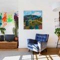 Salón con cuadros de colores
