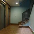 Portal del inmueble que da acceso a ascensores y escalera