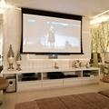 proyector en un salón color claro