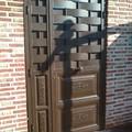Puerta con cuarterones y chapa entrelazada.