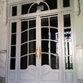 Puerta doble con fijos y montante entrada portal