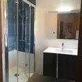 Reforma con azulejos en blanco y azul en la ducha