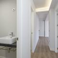 Pasillo y Baño de estilo moderno con iluminación LED en el techo