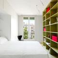 dormitorio con estantería