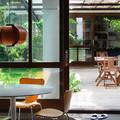 Salón abierto a jardín interior