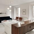 Salón blanco estilo mid-century