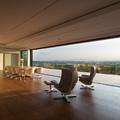 Salón comedor con ventanal de 10 metros motorizado