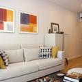 Salón moderno con un toque de color