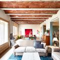 Salón con amplios ventanales de madera
