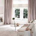 Salón con cortinas rosas