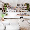 salón con estantería en pared