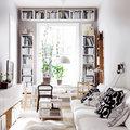 Salón con estantería en pared y techo