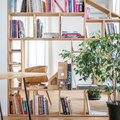 salón con estanterías de madera