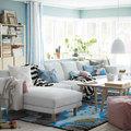 Salón con gran sofá con chaiselongue de IKEA