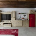 salón con módulos de madera de pino