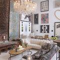 Salón con pared con cuadros