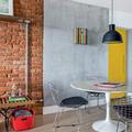 salón con pared de cemento
