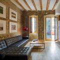 salón con paredes de ladrillo y piedra