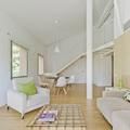 Salón con pilar estructural