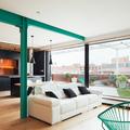 salón con pilares verdes