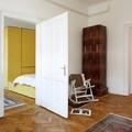 salón con puertas de madera