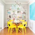Salón con sillas amarillas