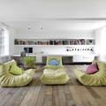 salón con suelos de madera