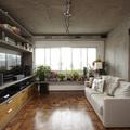 salón con techo de cemento