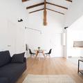 Salón de doble altura y luz natural