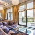 Salón de estilo clásico con sofás de terciopelo