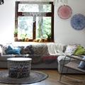 Salón de estilo hippie con textiles estampados