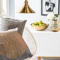 Salón de estilo mediterráneo con muebles minimalistas y detalles dorados