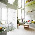 Salón de estilo moderno y colorido