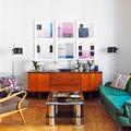 salón ecléctico con sofá verde