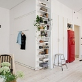 salón estilo nórdico con nevera roja
