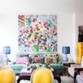 Salón modernista con color