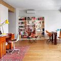 Salón moderno con rincón para trabajar