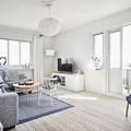 salón nórdico con techos blancos