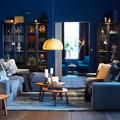 Salón pintado azul  petróleo con sofás enfrentados de IKEA