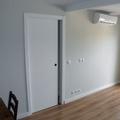 Salón. Puerta corredera con armazón (cassoneto) por Traber Obras SL.