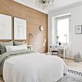 dormitorio con revestimiento de madera